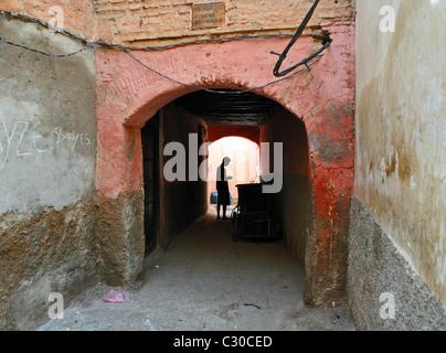 Silhouette en tunnel, Marrakech, Maroc Banque D'Images