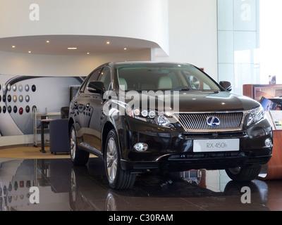 Nouveau Lexus RX 450h SUV hybride voiture dans le showroom à Hasselt, Belgique Banque D'Images