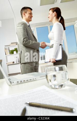 Photo de partenaires d'affaires l'établissement de liaison après avoir fait office d'accord Banque D'Images