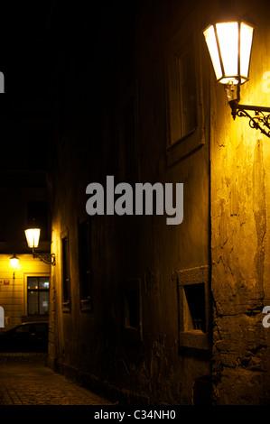 Lampe de rue dans la nuit dans la rue de Prague Banque D'Images