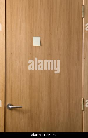 Porte en bois avec un post-it collé sur elle Banque D'Images