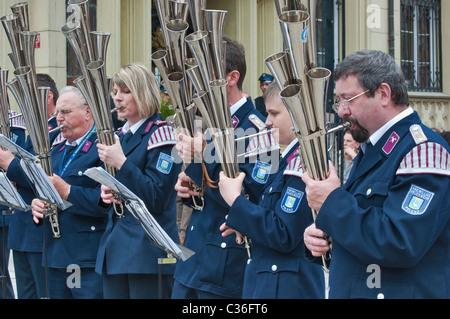 Les pompiers allemands brass band sur la scène du festival des pompiers de jour à Rynek (Place du marché) à Wroclaw, Banque D'Images
