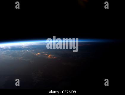 Lever ou coucher de soleil sur la planète Terre vue de la Station spatiale internationale. Banque D'Images