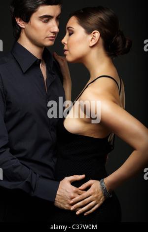 Portrait de couple élégant sur fond noir
