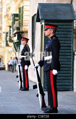 Des gardes au palais des Grands Maîtres, La Valette, Malte, Europe Banque D'Images