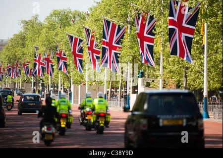 Vue sur le Mall dans le centre de Londres avec des drapeaux de l'Union de la route. Banque D'Images