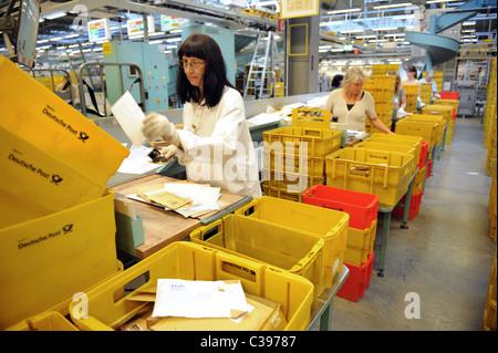 Les femmes de lettres de tri dans un centre de tri postal, Berlin, Allemagne Banque D'Images