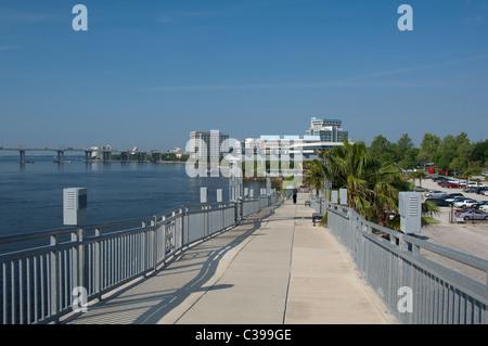 Floride, Jacksonville. Le Jacksonville Landing zone le long de la rivière Saint-Jean. Vue de la promenade Riverwalk. Banque D'Images