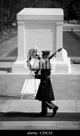 Garde tombe sur la tombe de l'inconnu au cimetière national d'Arlington Banque D'Images
