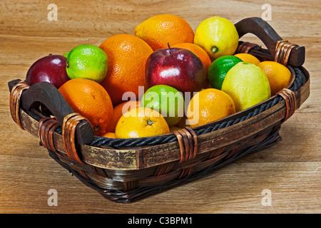 Un mélange de fruits avec la vitamine C Banque D'Images