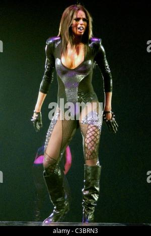 Ciara live à l'O2 Arena à l'appui de Britney Spears' jambe