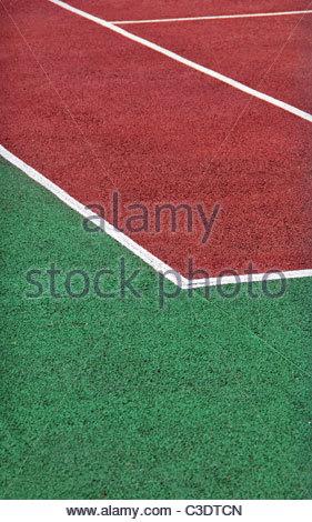 Terrain de tennis avec gravier rouge et vert. Court de tennis Banque D'Images