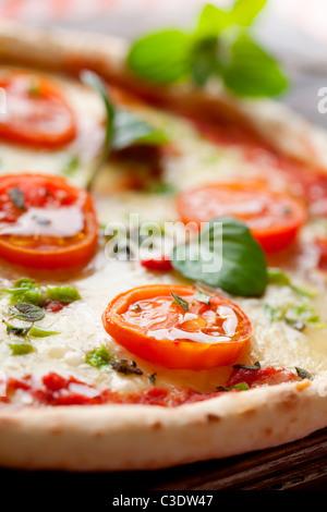 Pizza italien frais, avec des tomates, mozzarella et poivron vert Banque D'Images