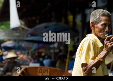 L'homme au marché flottant de Damnoen Saduak en Thaïlande Banque D'Images
