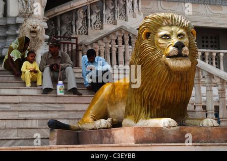 Les touristes assis sur les marches d'un bâtiment, New Delhi, Inde Banque D'Images
