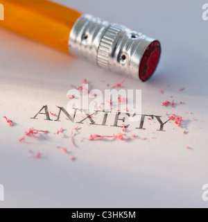 Crayon de l'effacement du mot anxiété de bout de papier Banque D'Images