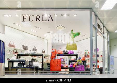 Sacs à main de luxe boutique marque Furla store dans le centre commercial terminal des départs à l'aéroport Guglielmo Banque D'Images