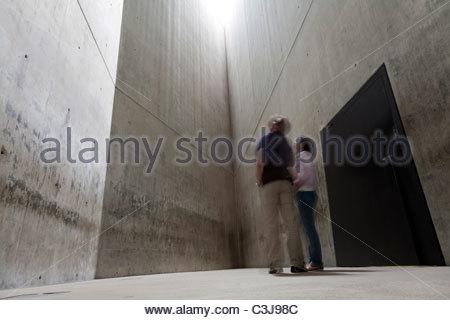 Les touristes dans la 'Tour' de l'holocauste au Musée Juif de Berlin, conçu par l'architecte Daniel Libeskind. Berlin, Banque D'Images