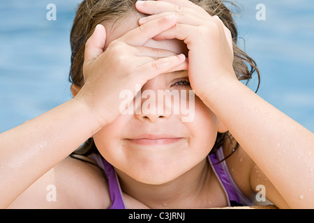 Girl (6-7) in swimming pool Banque D'Images
