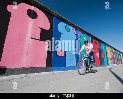 Les murales peintes sur l'article original du mur de Berlin à l'East Side Gallery à Friedrichshain Berlin Allemagne Banque D'Images