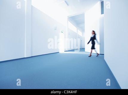 Jeune femme tournant dans le hall Banque D'Images