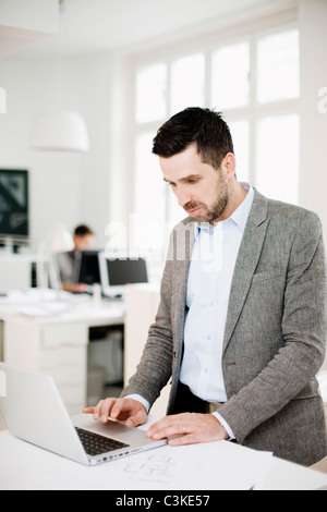 Man working in office Banque D'Images