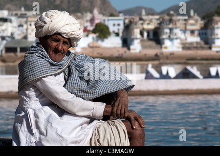 Indian man posing sur les rives du lac de Pushkar en Inde. Banque D'Images
