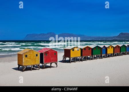 L'Afrique du Sud, Western Cape, Muizenberg, cabines de plage. Banque D'Images