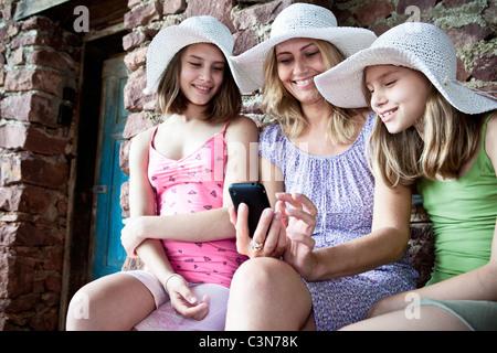 Mère et fille smartphone partage Banque D'Images