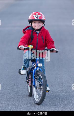 Un garçon de trois ans équitation son vélo le premier jour sans stabilisateurs dans l'Uk