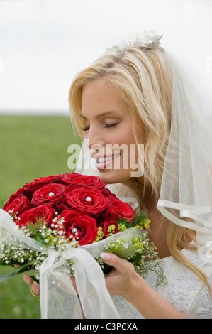 Little Flower, souriant, les yeux fermés. Banque D'Images