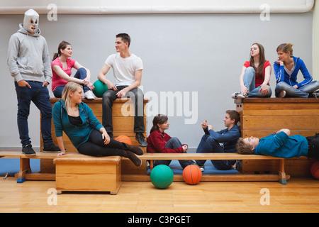 Allemagne, Berlin, les jeunes et les gens assis à l'école de sport Banque D'Images