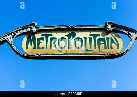 Paris Métro signe. Hector Guimard entrée de la station de métro Anvers, Montmartre, Paris, France Banque D'Images