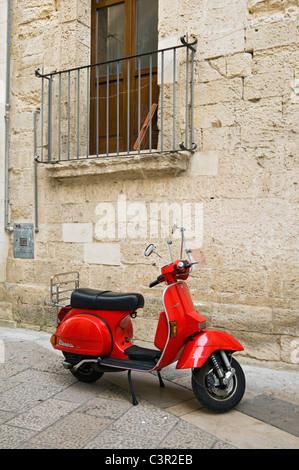 Scooter Vespa rouge garée dans rues de Lecce, Puglia (Pouilles), Italie Banque D'Images