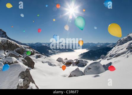 Ballons voler au-dessus de paysage d'hiver Banque D'Images