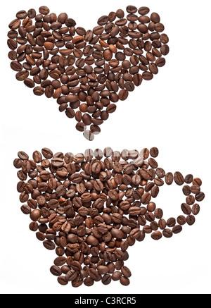 Café en grains en forme de coeur et tasse isolé sur fond blanc. Banque D'Images