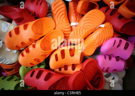 Chaussures en plastique coloré Banque D'Images