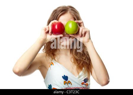 Portrait of a Girl couvrant ses yeux avec des pommes Banque D'Images