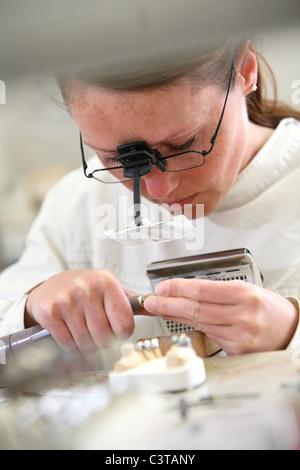 Travailler dans un laboratoire dentaire Banque D'Images
