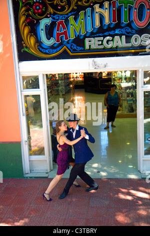 Les danseurs de tango argentin dans le barrio de La Boca de Buenos Aires, Argentine. Banque D'Images