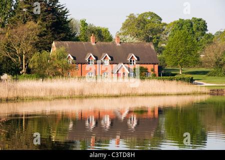 Cottage dans Beaulieu Village surplombant le barrage de l'Usine Nouvelle Forêt Hampshire England UK