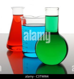 Bécher de laboratoire et flacons contenant rouge, bleu, vert les liquides Banque D'Images