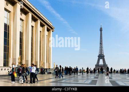 Le Palais de Chaillot et la Tour Eiffel vue du Trocadéro en fin d'après-midi, Paris, France Banque D'Images