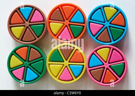Les filtres colorés du jeu Trivial Pursuit isolé sur fond blanc