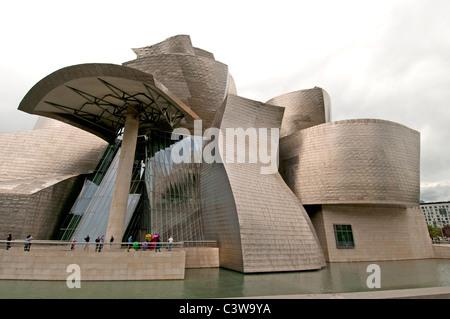 Le Musée Guggenheim Bilbao L'art contemporain moderne conçu par l'architecte américain Frank Gehry Canadien Espagne Banque D'Images
