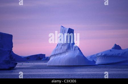 L'antarctique. Paysage. Iceberg flottant au lever du soleil. Banque D'Images