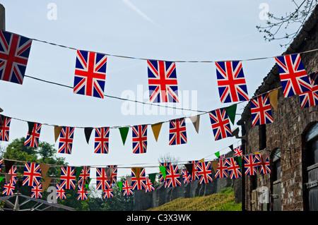 Union Jack noir sur fond de ciel bleu England UK Royaume-Uni GB Grande Bretagne Banque D'Images