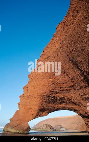 Rock arches sur la plage de Legzira sur l'océan Atlantique, 11 km au nord de la ville de Sidi Ifni, dans le sud Banque D'Images