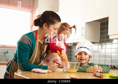 La cuisine de la mère avec les enfants dans la cuisine Banque D'Images