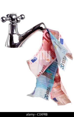 Photo d'un robinet ou robinet avec de l'argent découlant, bon concept de trésorerie libre, isolé sur un fond blanc. Banque D'Images